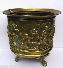 Ancien cache pot laiton repoussé XIXème signé. scène antique cherubin Napoléon 3