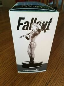 Fallout; Vault Girl Statue ThinkGeek exclusive Modern Icons #7