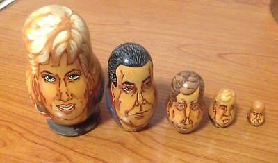 5pcs In Legno Nesting Dolls Matryoshka Babushka Il Principe Carlo Principessa Diana-mostra Il Titolo Originale Elaborato Finemente