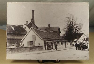Foto Auf Holzplatte - Div. Personen Auf Straße Vor Haus- Wohl Vorkriegszeit /s85