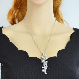 Ast-silber-mit-schwarzen-Perlen-und-Strass-auf-einer-Kette