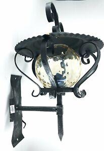 Lampada-da-parete-esterno-in-ferro-battuto-con-vetro-a-sfera-e-staffa-da-parete
