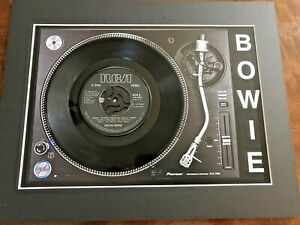 David-Bowie-John-Im-only-Dancing-Genuine-7-034-Single-on-a-Record-Player-Print