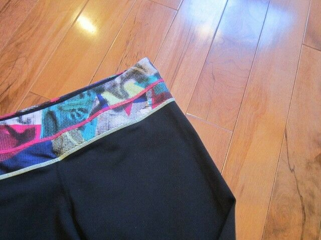 LULULEMON GROOVE CROPS SIZE 8 BLACK WITH MULTI DO… - image 5