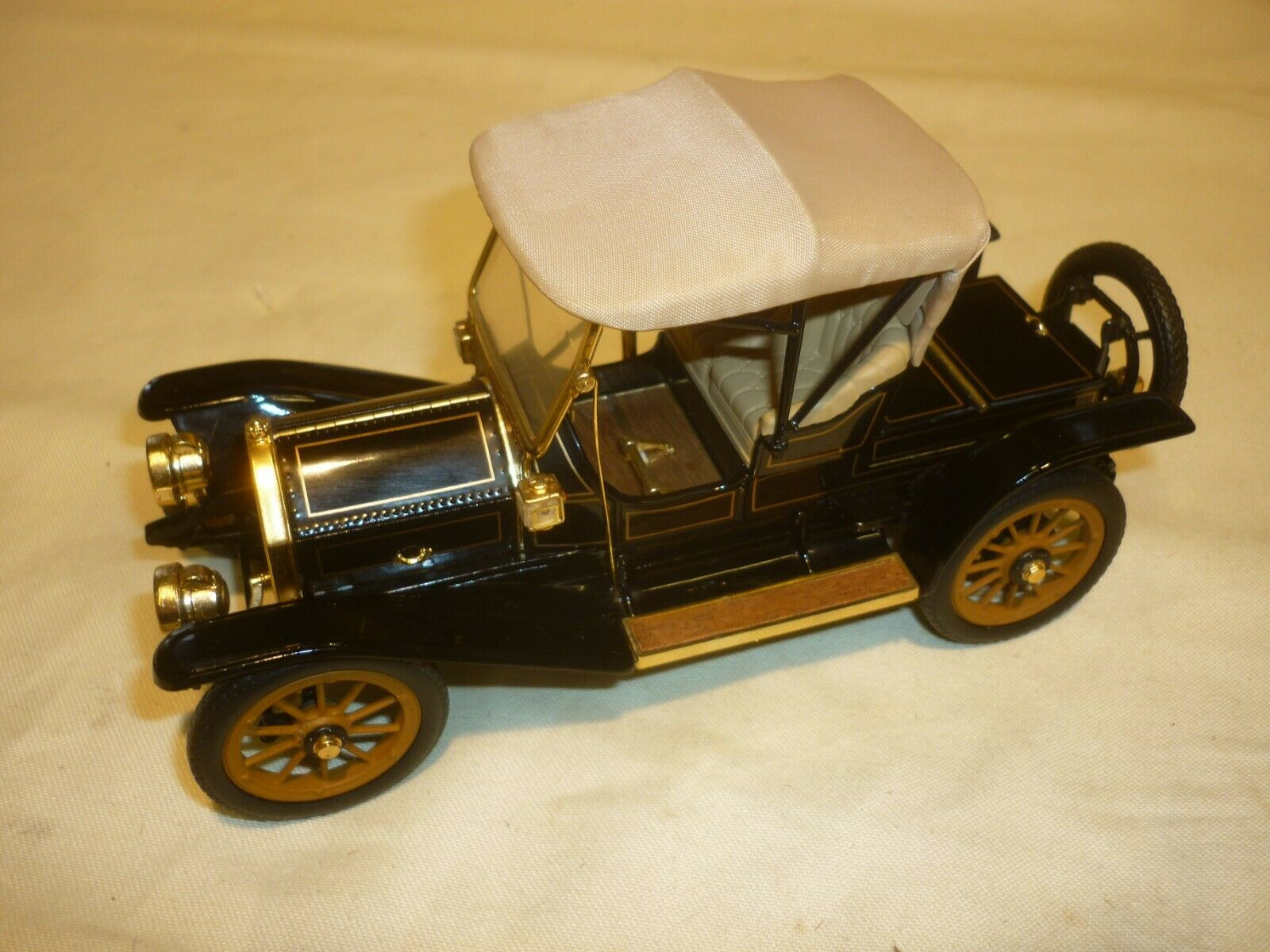 A Franklin mint scale model car of a 1910 Cadillac model Thirty Roadster,