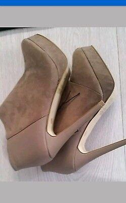 Nuevo zapatos de tacones altos, en color beige