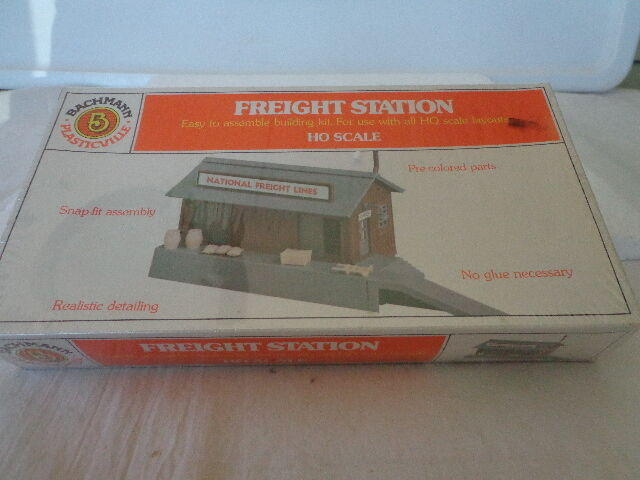 NIB BACHMANN PLASTICVILLE HO SCALE FREIGHT STATION  SNAP-FIT  W MOLDED COLORS