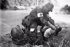 WW2 - Infirmier américain soignant un SS blessé en août 44