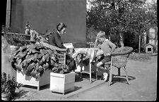 Femme et enfant assis table lecture - Ancien négatif photo an. 1930 1940