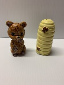 Vintage-Ceramic-Honey-Bear-And-Beehive-Salt-And-pepper-Shaker-set-Made-In-Japan