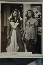 Rare 1970 photo Raquel Welch & Farrah Fawcett in Myra Breckinridge [Y8-W6-A8-E8]