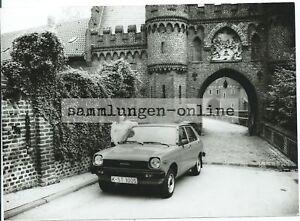TOYOTA-Starlet-vor-Burg-Auto-Automobil-Fotografie-Foto-Photograph
