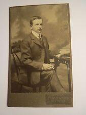 Nixdorf - sitzender junger Mann mit Zigarette & Buch - Kulisse / CDV