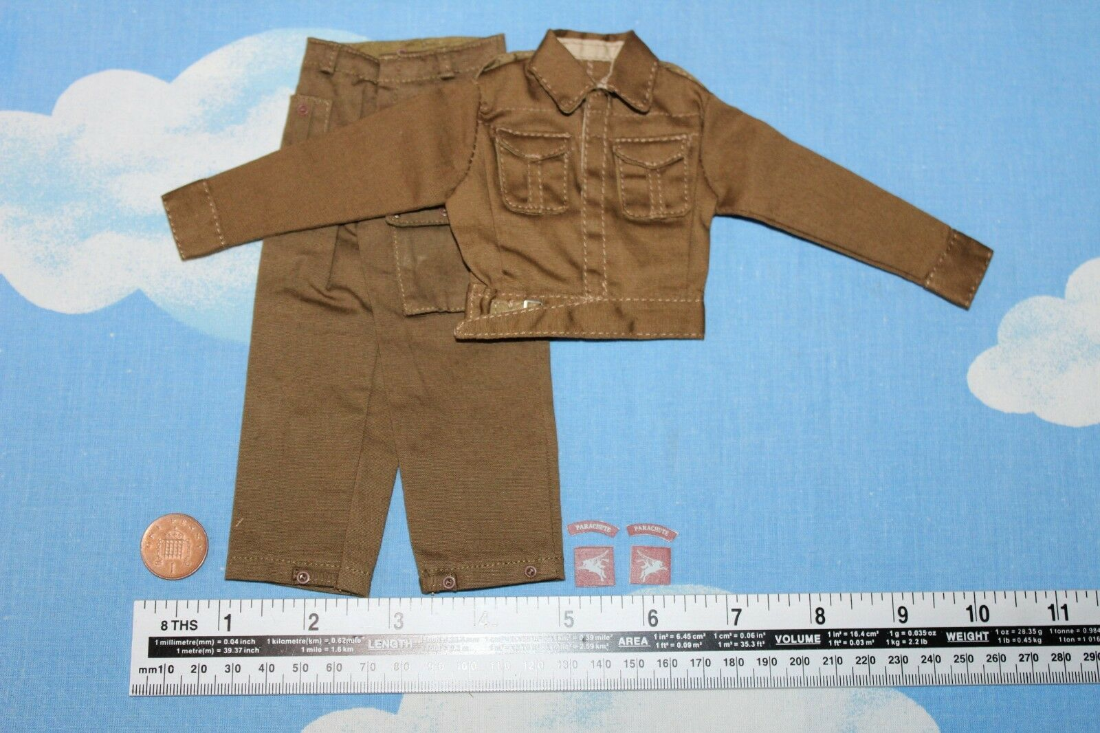 DRAGON MODELS 1 6TH SCALE WW2 BRITISH TUNIC AND TROUSERS WITH BADGES CB33426
