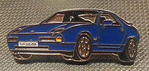PORSCHE-epinglette-928-Bleu-Laque-38x15mm