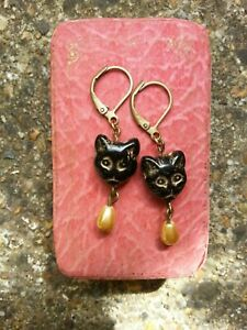 Vintage-black-cat-face-beads-EARRINGS-with-cream-gold-faux-pearl-drops-LEVERBACK