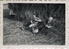 PHOTO ANCIENNE - VINTAGE SNAPSHOT -PIQUE NIQUE DÉTENTE ALCOOL BOUTEILLE VIN 1948