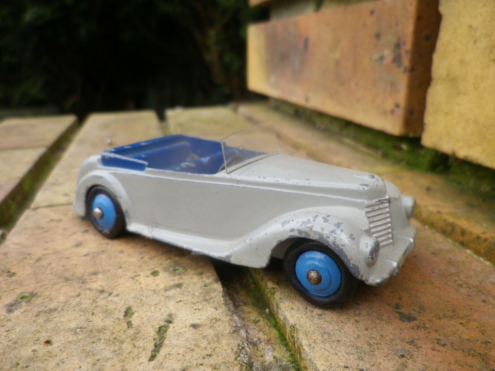 comodamente DINKY DINKY DINKY ENGLe n° 38E - 104 ARMSTRONG SIDDELEY EXPORT 1950 rare jantes blus  Senza tasse