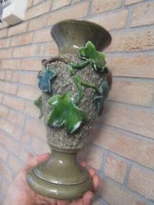 vintage-ancien-vase-tulipier-faience-barbotine-deco-Lierre-en-relief-signe-E