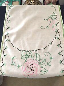 Vintage-DRESSER-SCARF-RUNNER-Beige-Handmade-w-Pink-Flowers-Green-Crocheted-Edge