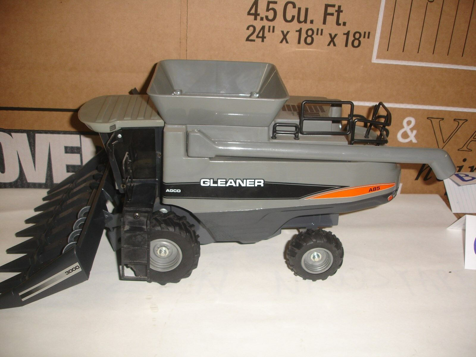 1/28 gleaner a 85 toy combine