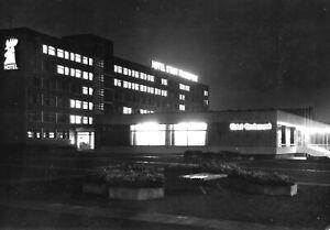 """AK, Frankfurt Oder, Hotel """"Stadt Frankfurt"""", Nachtansicht, 1970"""