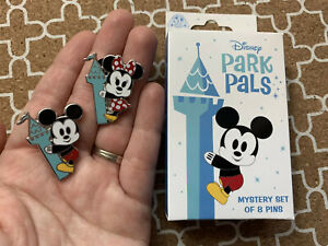 Disney-Park-Pals-Pin-Mystery-Box-1-Set-Of-Mickey-amp-Minnie-Mouse-Holding-Castle