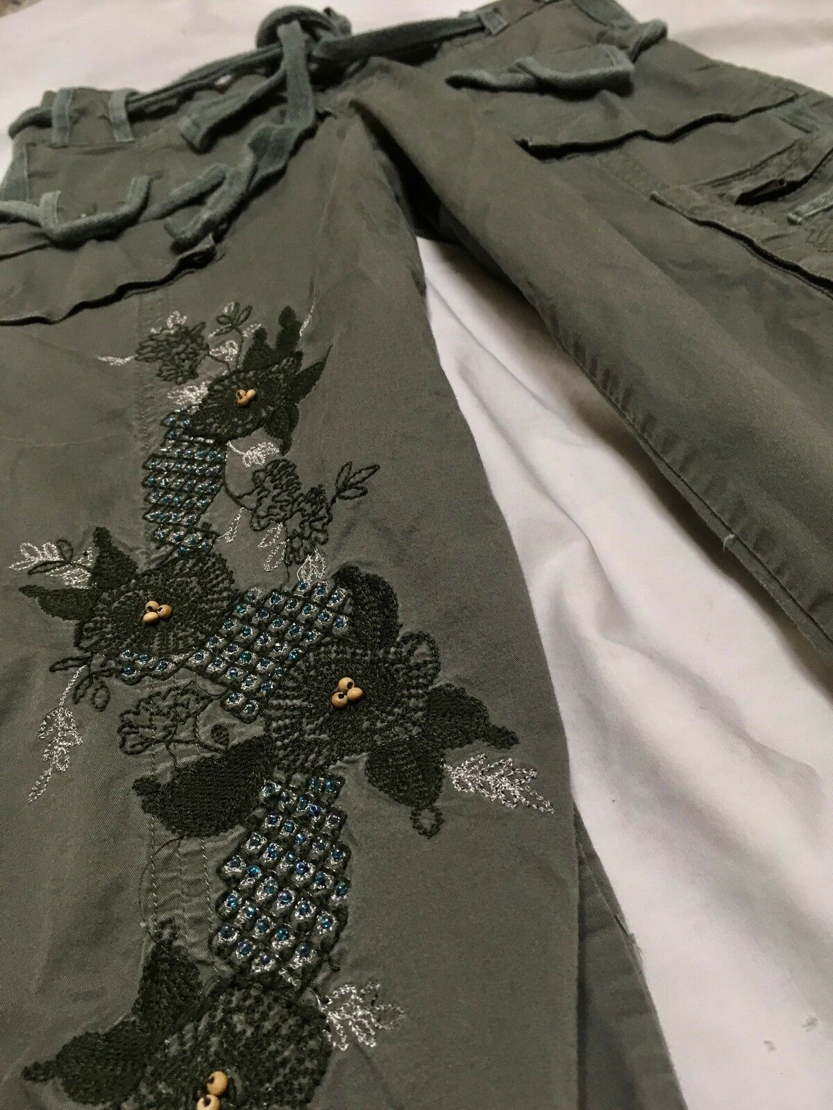 YAG army Grün embroiderot capris pants perfectly comfy and cute