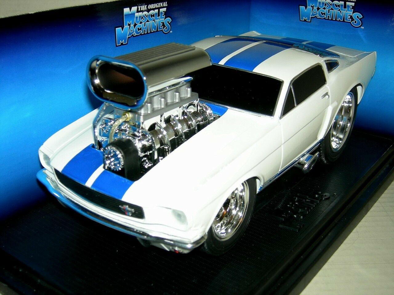 66 MUSTANG GT350 WHITE W   blueE STRIPES 2000 MUSC.MAC. MIB. 1 18 SCALE