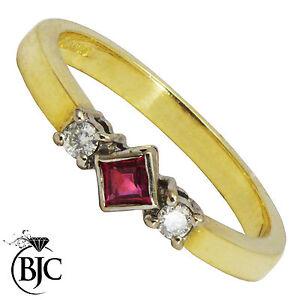 BJC-18ct-oro-giallo-rubino-e-diamante-trilogy-misura-O-fidanzamento-abito-anello