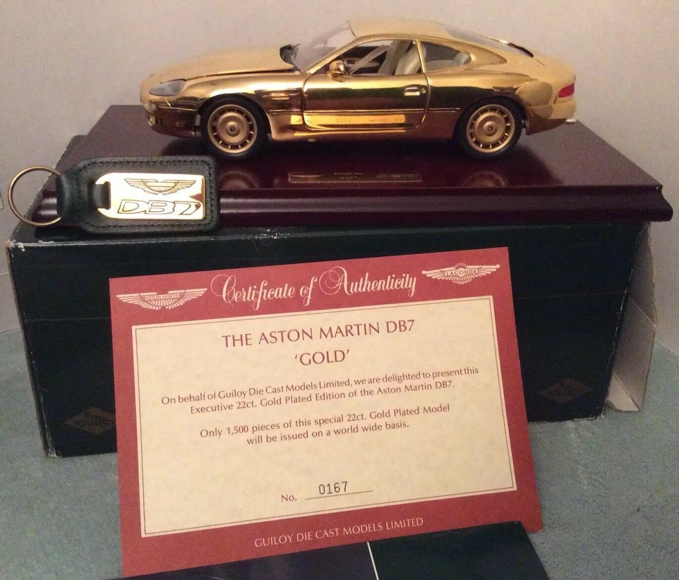 LTD ED GUILOY 24 ct plaqué or ASTON MARTIN DB7  167 de 1500 COA, keyring, livret