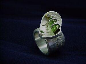 Ring-mit-dunkelgruenen-Turmalin-Granat-Silber-999-Flamere-Galerieschmuck