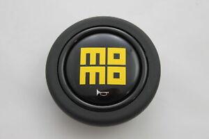 Momo-Hupenknopf-fuer-Sportlenkrad-Schwarz-Logo-Gelb-59mm-2pol-horn-button-Deckel