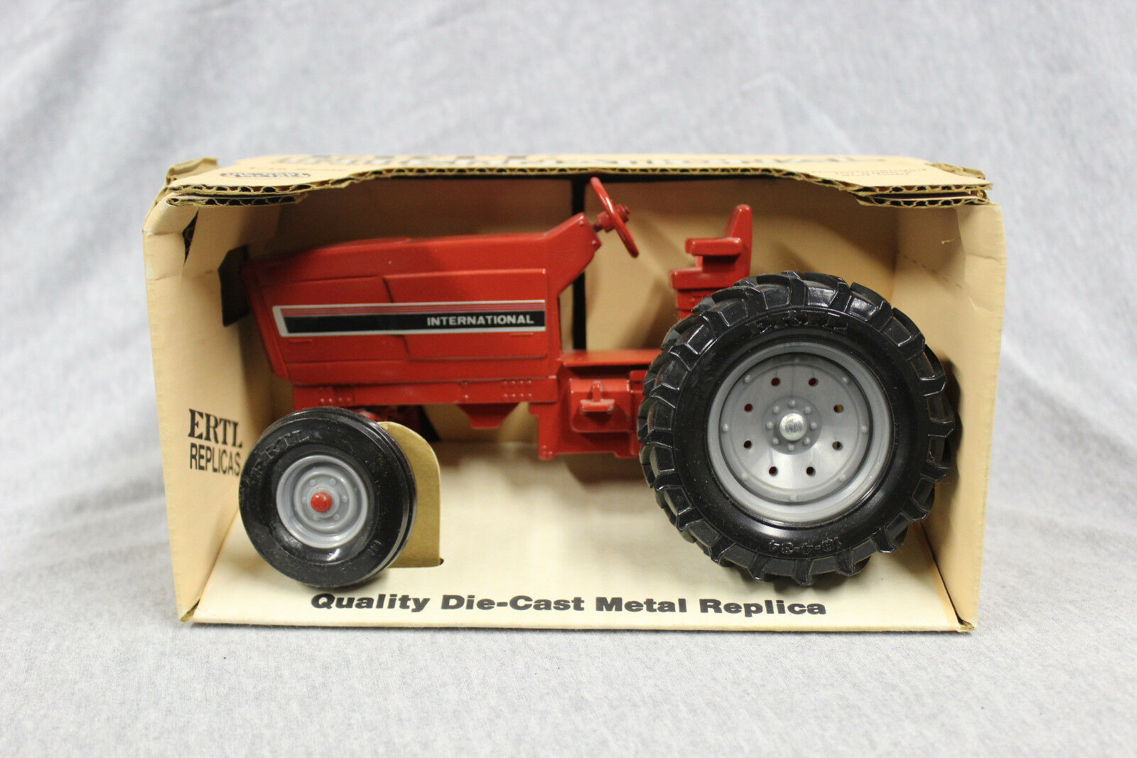 1 16 Ertl IH 3088 row crop tractor