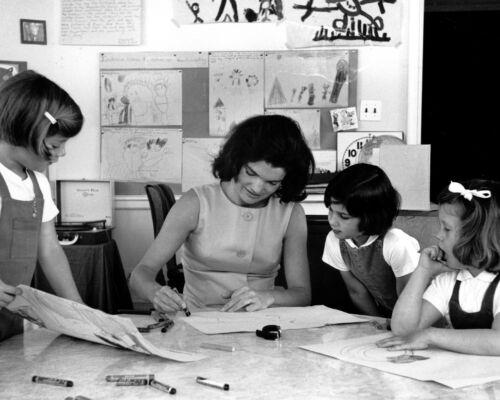 JACKIE KENNEDY HELPS CAROLINE /& CLASSMATES IN W.H DA-572 SCHOOL 8X10 PHOTO