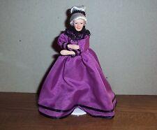 Puppenstubenpuppe elegante Oma im lila Kleid Miniatur 1:12 Puppenhaus