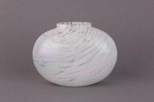 Ovale-Glas-Vase-mit-weissen-opalisiernden-Aufschmelzungen