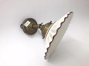 Applique-con-base-in-ottone-e-ceramica-bianca-bordo-marrone-rustico-cucina-casa