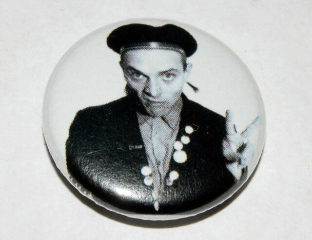 YOUNG ONES RICK PEACE SIGN 25MM / 1 INCH  BUTTON BADGE RIK MAYALL