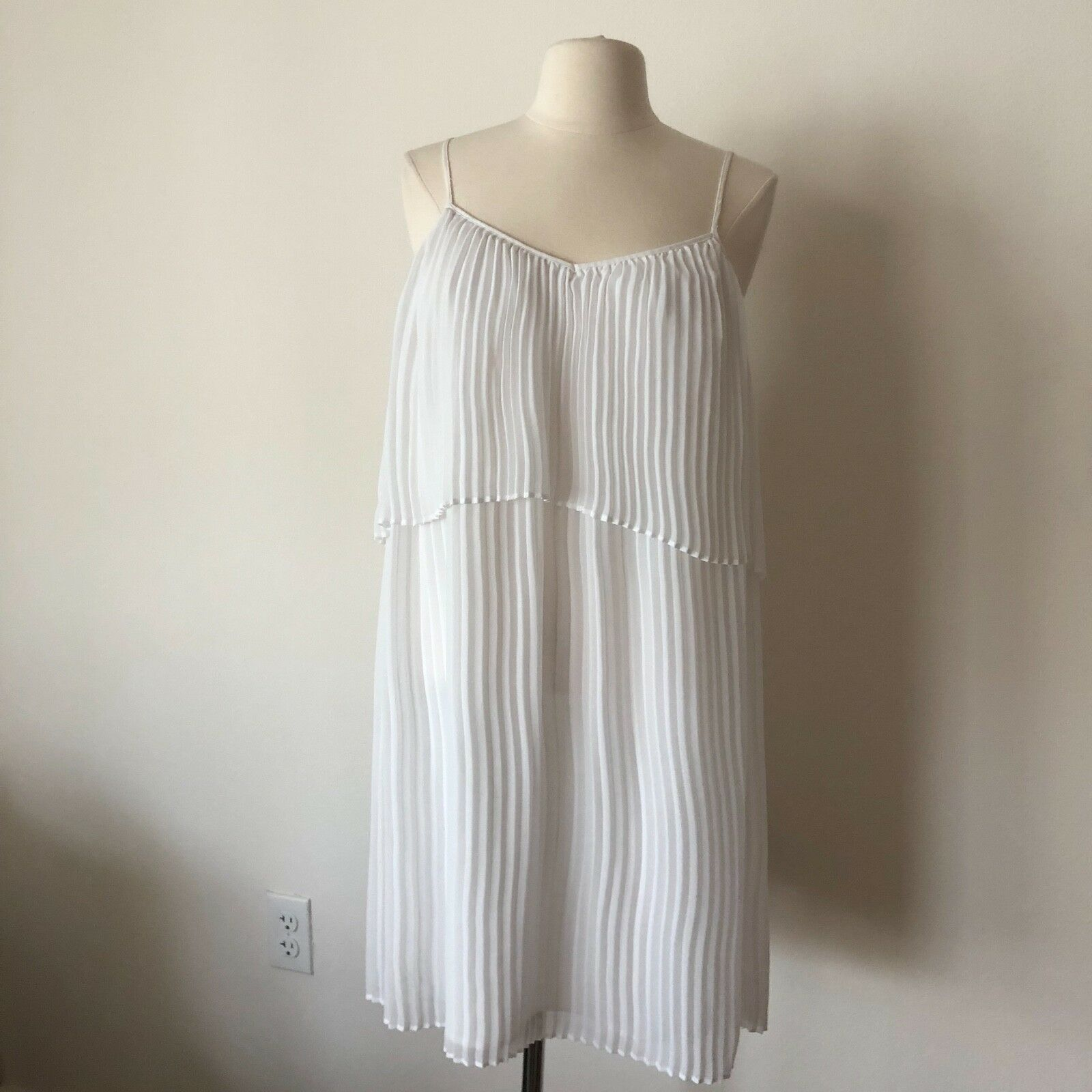 BCBGENERATION WHITE PLEATED TIERED DRESS SIZE MEDIUM