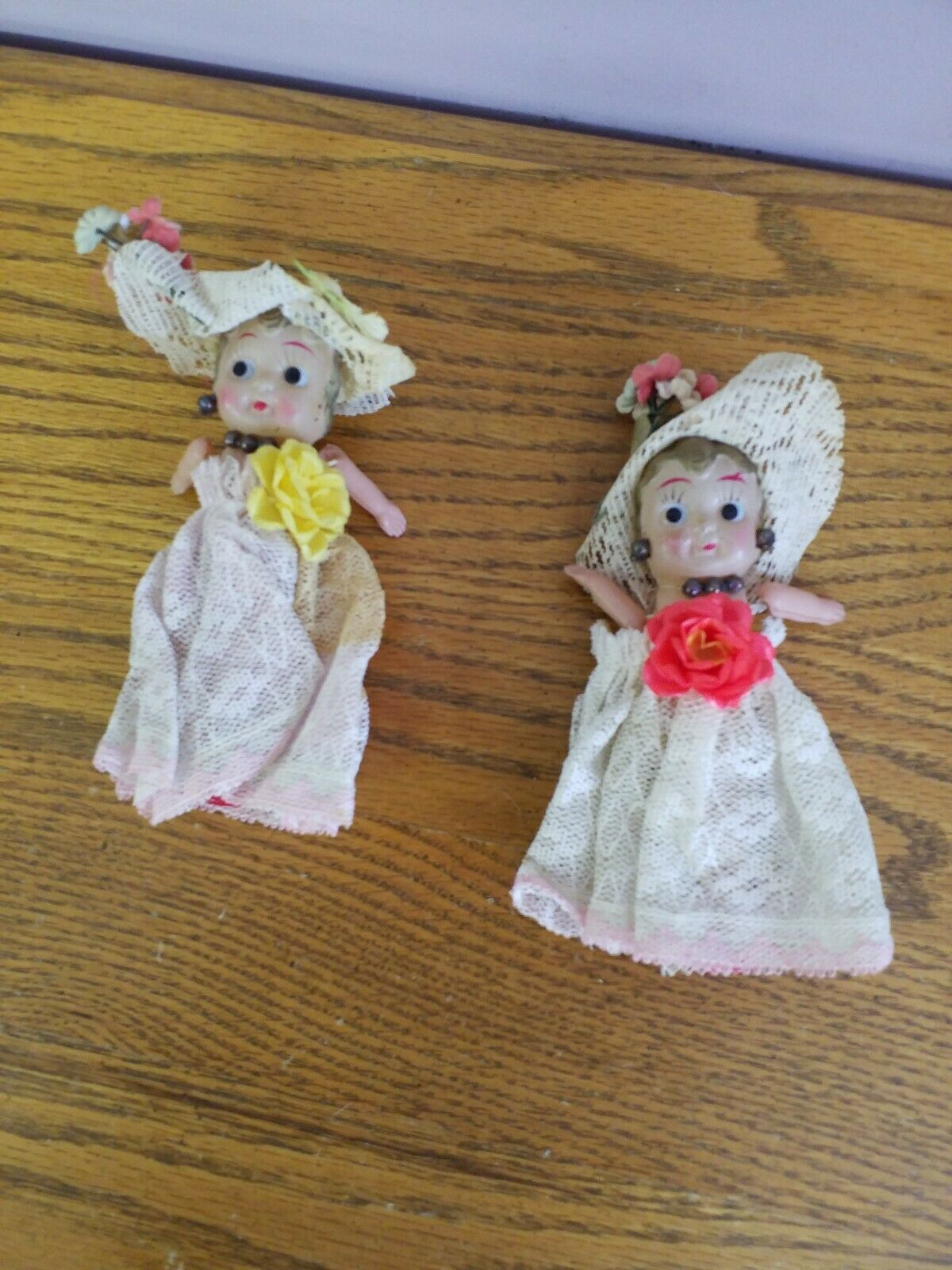 2 Vintage Japan Celluloid Show Girl Doll Lace Joded Hat guld Hair
