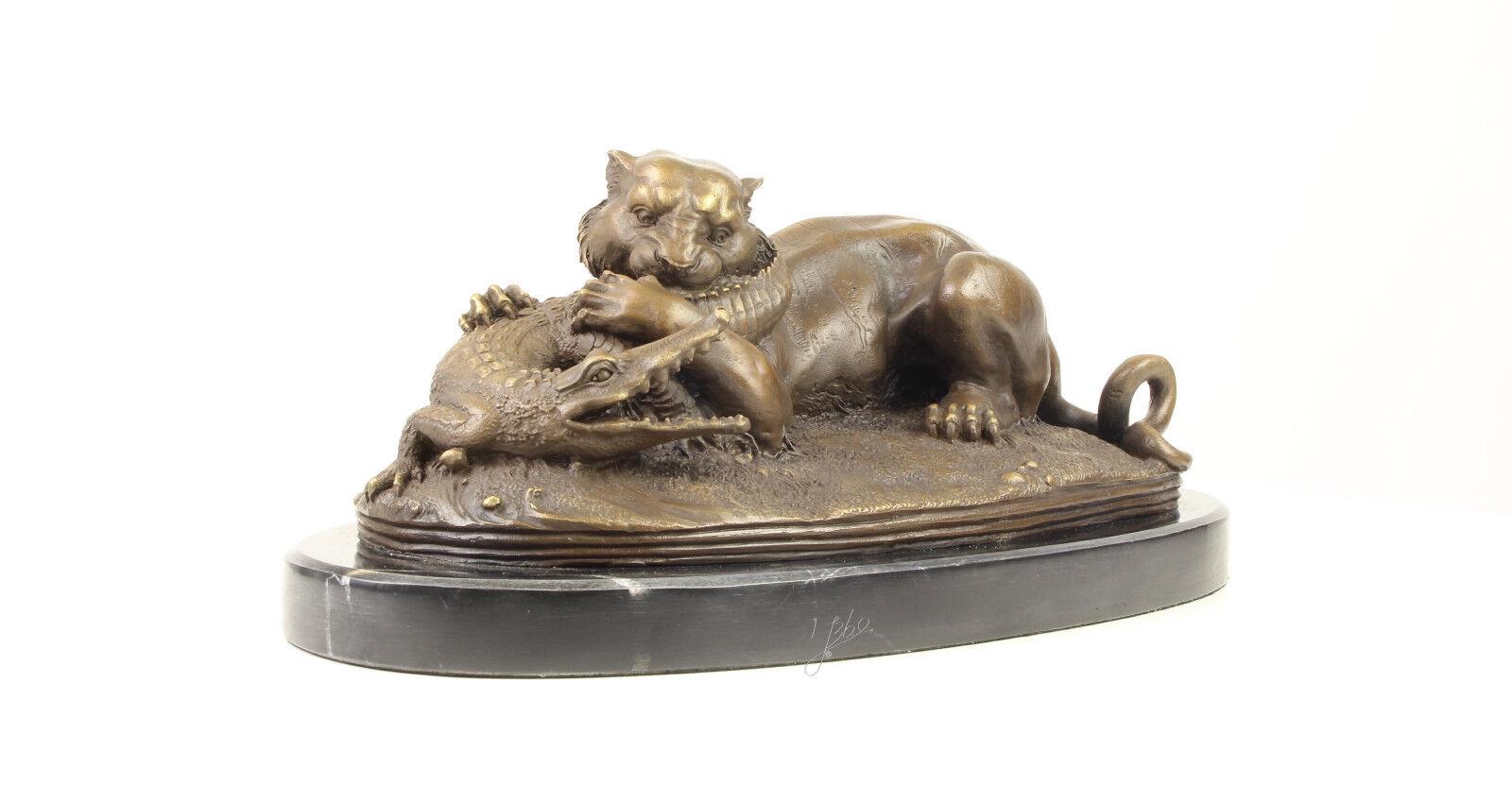 9937520-dss escultura de bronce personaje león lucha con cocodrilo 18x35cm