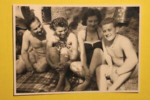 Bademode-Foto-2-Paare-1950er-Wald-Liegewiese-Erotik-Akt-Badeanzug-Schwimmen