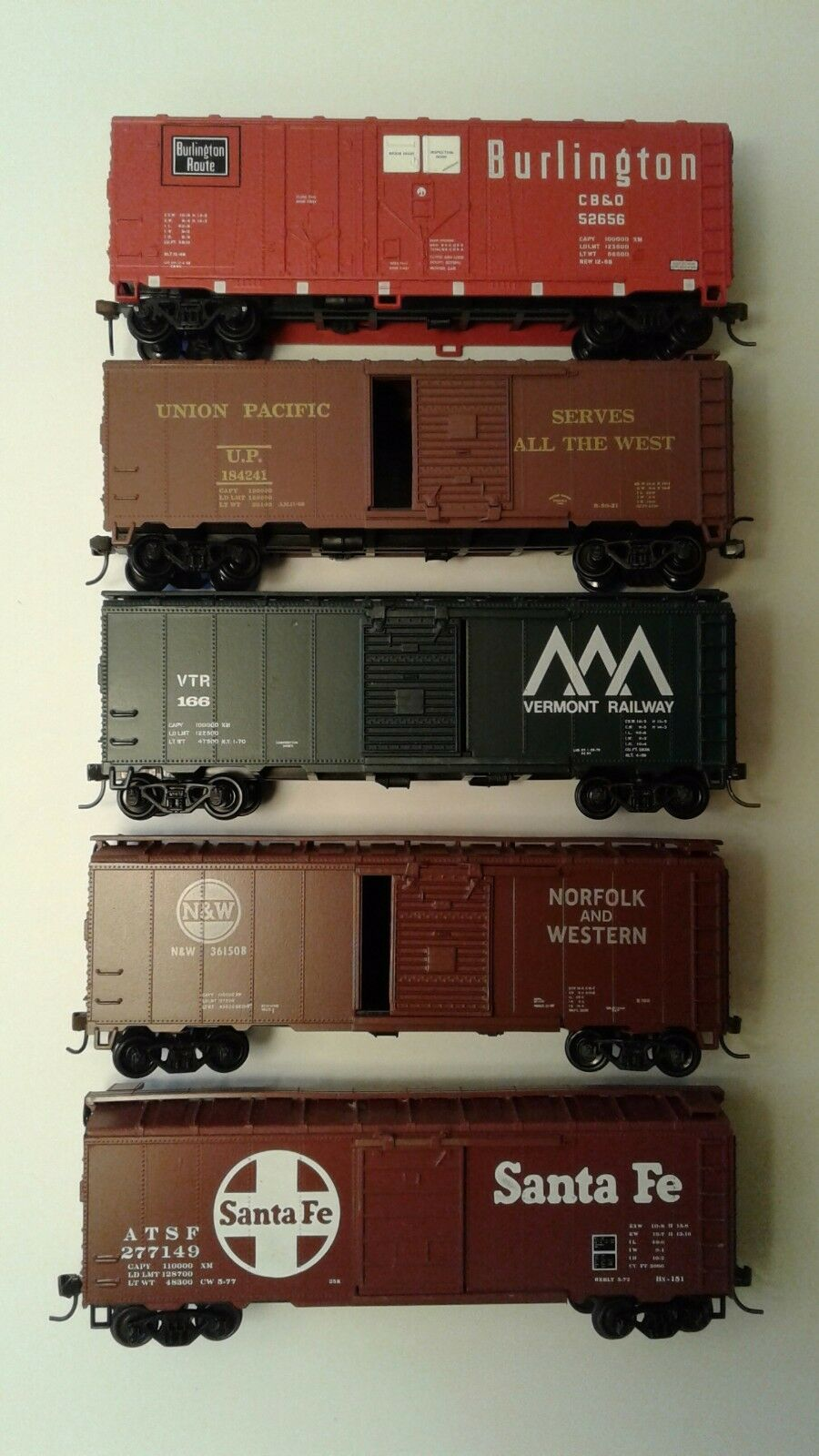 Athearn HO ready to run 40 foot (5) box cars  BN, UP, Vermont, NW, SF