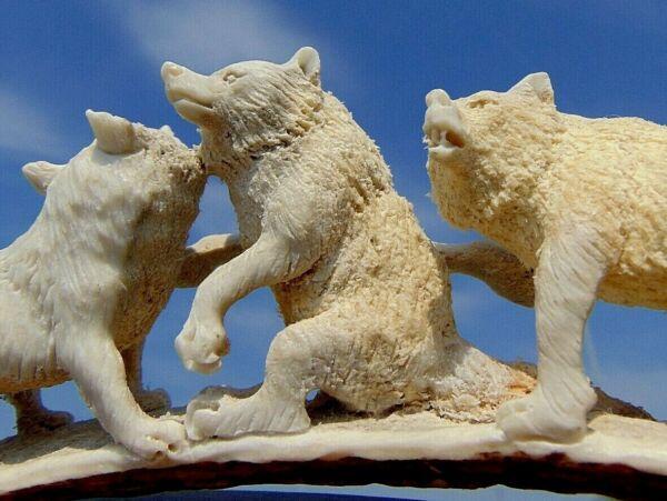 Der GüNstigste Preis Wolf , Wolfsrudel Aus Horn Geschnitzt Auf Holzsockel ! BüGeln Nicht