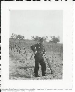Altes-Soldatenfoto-Panzertruppe-WK-2-Militaer-Foto-Weinberg-Italien-Abbazia