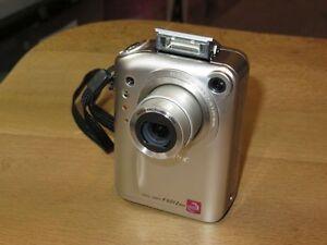 Fujifilm FinePix F Series F601 Zoom 3.1 MP - Digital Camara - Plateado