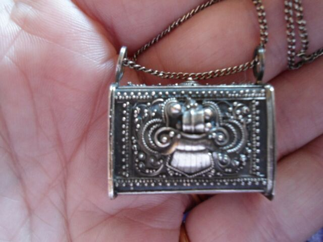 ANTIQUE CONTINENTAL 900 SILVER DETAILED HANDBAG PILL OR STASH CONTAINER NECKLACE