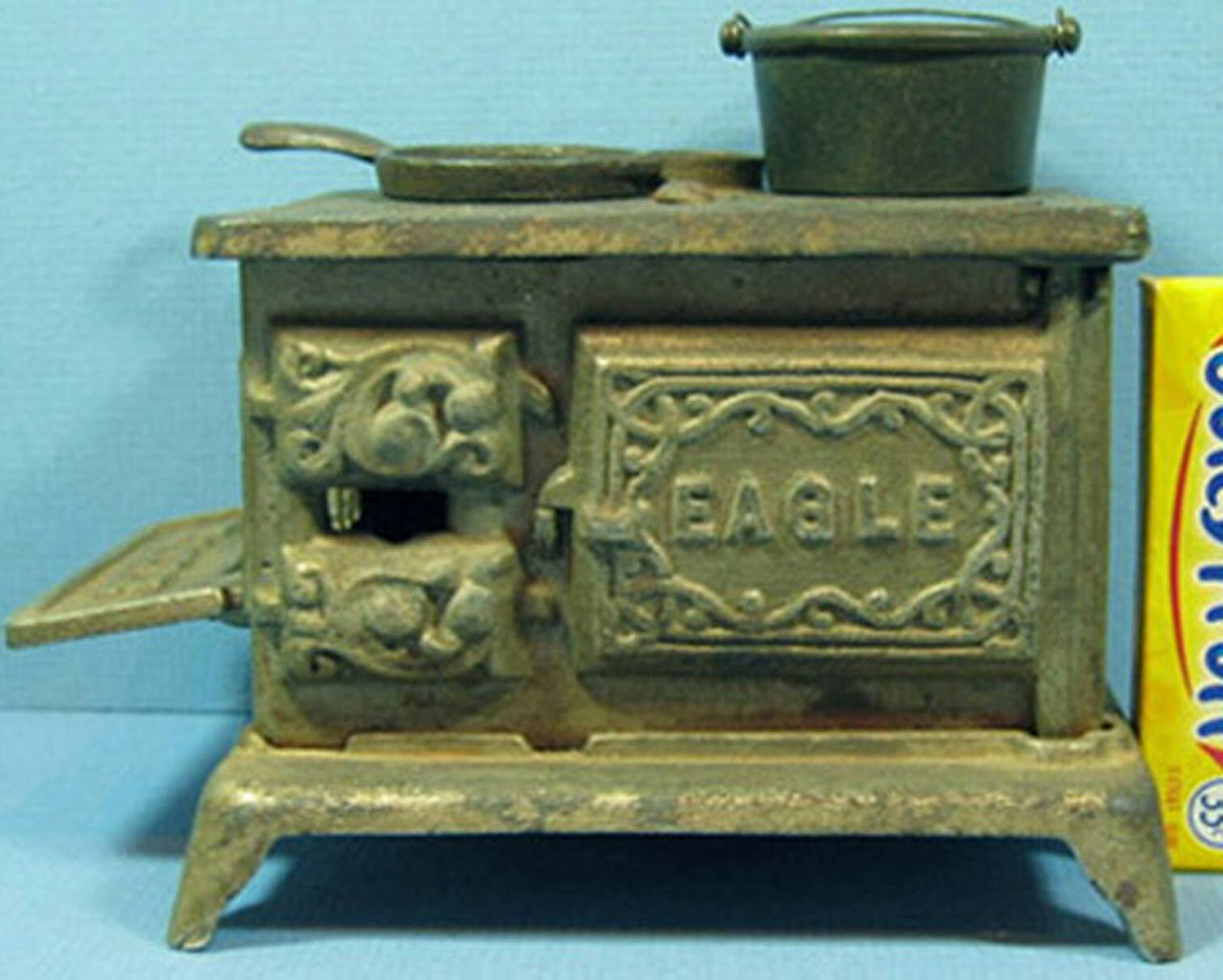 OLD AUTHENTIC EAGLE TOY STOVE NIC PLATED + + + TWO OLD PANS ALL ORIG T211 1b43f6