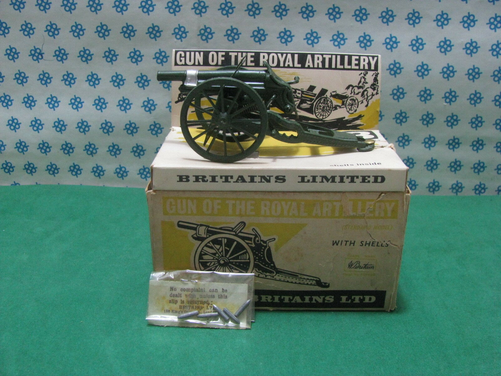 Vintage  -  GUN  of the ROYAL ARTILLERY complete with shells  -  Britains n°9715